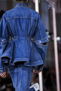 Alexander McQueen Fashion Show Ready to Wear Collection Spring Summer 2018 in Paris Denim Fashion, Runway Fashion, High Fashion, Fashion Show, Fashion Outfits, Fashion Trends, Spring Fashion, Fashion Online, Latest Fashion