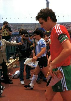 Saliendo en CU vs Bulgaria. Pumas, Bulgaria, Puma Football Boots, Diego Armando, Football Images, Fifa World Cup, Mexico, Madrid, Soccer