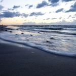 wieczorne niebo na bałtyckiej plaży