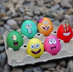 Decorar huevos de pascua con los personajes de Bob Esponja.