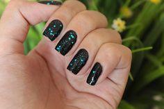 Uma linda combinaçao de esmaltes, Óculos Escuros + Brilho do Mar, um preto maravilho com glitter azul.