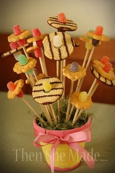 Thank You gifts - cookie bouquet from store-bought cookies Cookie Bouquet, Flower Cookies, Candy Bouquet, Homemade Gifts, Diy Gifts, Fiestas Party, Edible Arrangements, Cookie Gifts, Food Crafts