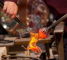 Si chiama anche ialurgia, ed è una delle eccellenze produttive italiane. Qui un excursus sull'arte e la tecnica di lavorazione del vetro in Italia.