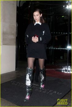 Bella Hadid Sports Futuristic Floral Boots for Night Out in Paris: Photo Bella Hadid stepped out in a trendy pair of floral-printed boots during her latest night out in Paris! The model was spotted leaving Le Royal Monceau… Bella Gigi Hadid, Bella Hadid Outfits, Bella Hadid Style, 70s Inspired Fashion, 70s Fashion, Street Fashion, Model Outfits, Cute Outfits, Black Outfits