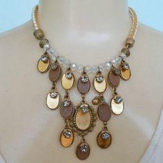 Maxi colar feito com fundição em zamac com colagem em couro e strass, cordão em couro trançado. R$ 23,00