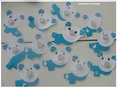 Lední medvědi s modrou šálou. Jestli jsem to správně pochopila mají místo čumáčku čajovou svíčku, takže jsou to takové zimní svícínky Emotikona smile http://tadefterakiablogaroun.blogspot.gr/2013/12/blog-post_16.html