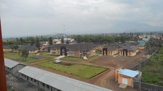Kyeshero sykehus i Goma består av hele 17 forskjellige bygninger, hver av dem med ulike funksjoner og utstyr.   Sykehuset ble åpnet i november 2012 etter en 30-måneders byggeperiode.   Åsbjørn Skaaland er en erfaren bistandsmann, og har på vegne av JOIN hatt overoppsyn med byggingen av sykehuset.