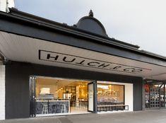 長い軒の出幅を活かして、かつシンプルな #サイン が視認性よくお店の存在を際立たせてます!これだけ文字サイズが大きいと近くで見上げるというか、遠くからでも正面を見るように認識できます。 #メルボルン #オーストラリア
