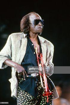 Miles Davis performs at the Amnesty International Concert at Giants Stadium circa 1986 in East Rutherford, New Jersey. Get premium, high resolution news photos at Getty Images Jazz Artists, Jazz Musicians, Music Film, Music Icon, Greys Anatomy Memes, Amnesty International, Walter White, Gq Magazine, Miles Davis