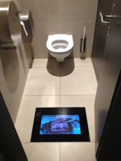 Los cines con pantallas en el baño para que no te pierdas nada