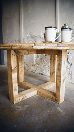 Cable drum dining table on wooden base Wooden Spool Tables, Wooden Cable Spools, Pallet Tables, Diy Wood Projects, Furniture Projects, Diy Furniture, Wood Spool Furniture, Business Furniture, Outdoor Furniture