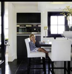 Zwarte keuken met #kookeiland van Provence Veenendaal: handgemaakte ...
