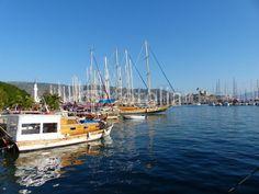 Boote und traditionelle Yachten im Hafen von Bodrum am Ägäischen Meer in der Provinz Mugla in der Türkei