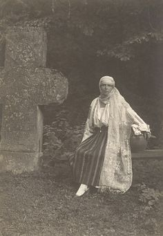 Regina Maria a României în costum popular - Queen Marie of Romania dressed in traditional costume Royal Beauty, Queen Mary, Queen Victoria, Eastern Europe, Old Photos, Amen, The Past, Royalty, Descendants