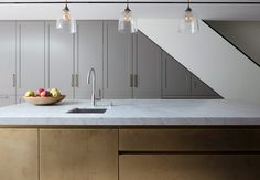Two beautiful finishes combine in this Classic lay on and Urbo hand painted and metal wrap kitchen. The kitchen features a metal wrap island in a matt sanded Brass finish and stylish understated hand painted matt lacquer in soft grey. Barn Kitchen, Family Kitchen, Kitchen Paint, Kitchen Ideas, Kitchen Inspiration, Kitchen Worktop, Kitchen Cabinetry, Kitchen Interior, Kitchen Design