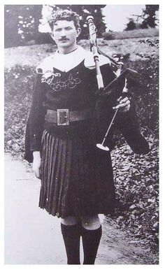 Thomas Ashe dressed as a piper, with his bagpipe. He was one of the two commandants on Easter Rising not to be executed and died 16 months later after being force-fed during a hunger strike. Ireland 1916, Irish Republican Army, Irish Costumes, Easter Rising, Irish Warrior, Hunger Strike, Michael Collins, Men In Kilts, Folk Costume