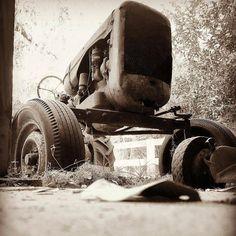 #photoftheday @bearded_flash_photography  #jaxlocals #igersjax #outdoors #florida #alpinegrovepark #tractor #rusty #rustbucket #metal #filtered #beardedflashcreations #jacksonville #florida #photography #farmtotable #farm #johndeere #blackandwhite #monoart