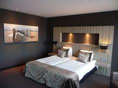 Un dormitorio, cuarto o habitación moderna pintada y decorada en gris antracita Dream Bedroom, Home Bedroom, Master Bedroom, Bedroom Decor, Bedroom Ideas, Diy Bed, Interior Design Living Room, Home And Living, Room Inspiration