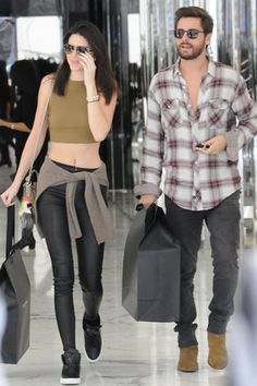 Shopping Trip Kendall and Scott are almost together as often as Scott and Kourtney. What will people think? Chelsea Boots Style, Chelsea Boots Outfit, Scott Disick Style, Scott And Kourtney, Fall Outfits, Casual Outfits, Best Street Style, Semi Casual, Moda Casual
