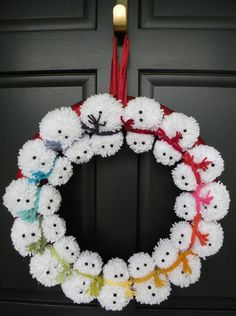 Here's a new take on the traditional festive wreath. a pom-pom snowman wreath to welcome family and friends snowman crafts Snowman Wreath, Snowman Crafts, Christmas Projects, Holiday Crafts, Christmas Ideas, Snowman Decorations, Homemade Christmas, Christmas Decorations Diy Crafts, Pom Pom Decorations