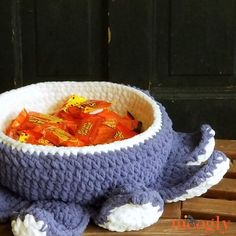 Halloween Tentacle Candy Bowl Crochet Pattern All Free Crochet, Cute Crochet, Crochet Crafts, Crochet Hooks, Crochet Projects, Holiday Crochet Patterns, Crochet Costumes, Super Bulky Yarn, Halloween Celebration
