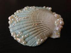 Dieses Stück ist eine natürliche Muschel, Minze/Gold/weiß lackiert mit echten Süßwasser und faux weissen Perlen, echte Swarovski-Kristalle und Blase Perlen geschmückt. Die Muschel ist ein Silber-Anti-Rutsch-Krokodilklemme befestigt. Muschel misst 2,5 hoch, 2,75 breit  Alligator-Clip-Maßnahmen 1,75     Fühle mich frei, Convo mich für Sonderanfertigungen oder wenn Sie irgendwelche Fragen haben :)    Schwimmen Sie zurück in den Laden:  www.Etsy.com/ Shop/LandlockedM3rmaid