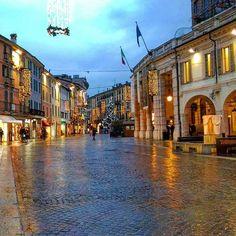 Buongiorno amici e amiche igers, oggi per voi un corso zanardelli bagnato dai colori del Natale con lo scatto di @dopamina_85   ________________ #Brescia  #instabrescia #instalombardia  #volgobrescia  #photooftheday #bestoftheday #picoftheday  #sky #beautiful #view #scenery  #landscape  #landscapes #igs_photos  #bresciafoto  #italianlandscapes  #italiainunoscatto #top_italia_photo #volgobrescia  #movingculturebrescia  #visititalia #italian_trips #loves_madeinitaly #architecture #building…
