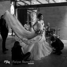 Minutos antes de sua entrada... Imagina o frio na barriga... #feliperezende #clicksdofeliperezende #casar #noivas2017 #fotografiadecasamento #noiva #casamento #bride #wedding #love #amor #boda #weddingparty #fotografodecasamento #vestidodenoiva #happy #weddingdress #weddinginspiration #family #casamentodedia #romance #marriage #weddingday #bridalmakeup #instawedding #weddingideas #weddingphotography #noiva #casamentorustico #casamentonocampo