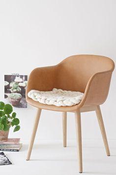 Vielleicht hattet Ihr neulich diesen post hier gelesen, in dem ich von unserer Stuhl-Odyssee berichte? Dort seht Ihr unseren Esstisch mit einigen Adelaide Stühlen auf denen kleine Sitzpads aus Schaffe