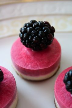 Vadelmaiset raaka-mini-juustokakut / Raw mini rasberry cheese cakes
