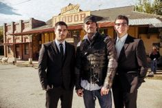 From Dusk Till Dawn: The Series - Director Robert Rodriguez with the Gecko brothers.