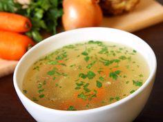 Bouillon façon pot au feu : 4 carottes, 2 blancs de poireaux, 2 navets, 1 branche de céleri, 1 oignon, 1 gousse d'ail, 1 cube de bouillon de bœuf dégraissé, 1 bouquet garni (thym, laurier...), 5 clous de girofle, 1 cuillère à soupe d'huile d'olive, sel, poivre.
