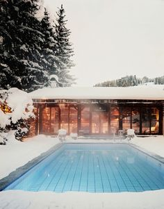 Zwembaden in de winter en sneeuw - Winter and snow swimmingpools Porches, Outdoor Spaces, Outdoor Living, Outdoor Pool, My Pool, Wanderlust, Heated Pool, Home And Deco, Cool Pools