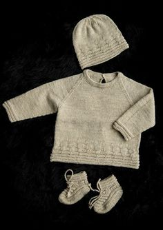 Free pattern in Scandinavian. Knitting For Kids, Baby Knitting Patterns, Knitting Projects, Knitted Baby Cardigan, Baby Pullover, Baby Set, Baby Barn, Crochet Bebe, Baby Boots