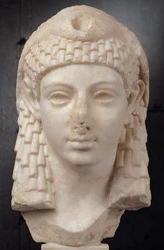 Cleópatra (69-30 a.C.) Cleópatra VII ou Cleópatra Filopator Nea Thea herdou o trono de seu pai, Ptolomeu (governante do Egito após a conquista deste pelo rei da Macedônia, Alexandre III), tornando-se Rainha do Egito sozinha e posteriormente aumentando seu poder ao casar-se com Júlio César. Foi grande negociante e estrategista militar, além de poliglota e conhecedora de filosofia, literatura e arte.