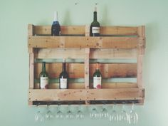 Best interior decor using pallet wine rack for your kitchen and bar ideas: traditional kitchen Small Wine Racks, Pallet Projects Diy Garden, Small Bars, Flat Shapes, Bedroom Night Stands, Diy Headboards, Inspiration Wall, Recycled Wood, Traditional Kitchen