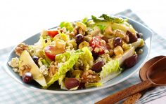 En salat med ost, pærer og nøtter er spennende og med en nybakte osteloff passer denne salaten perfekt til klubbkvelder og lange venninnetreff. Dr...