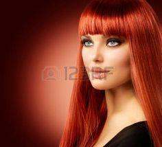 acconciature: Bellezza Modello di donna con lunghi capelli lisci rosso Archivio Fotografico
