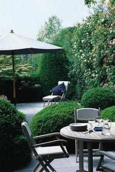 Green patio | More photos http://petitlien.fr/coinsdeparadis