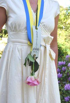 Sätt ett grattiskort på blomman till den nybakade studenten - Helena Lyth Anton, Sweden, Party Ideas, Scrapbook, Country, Celebrities, Inspiration, Students, Biblical Inspiration