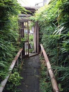 鎌倉駅から山側へバスで10分程度。竹林で有名な報国寺近くの住宅街にひっそりと佇む店構え。地元民にも愛される小さくて贅沢な寿司屋《和さび》。