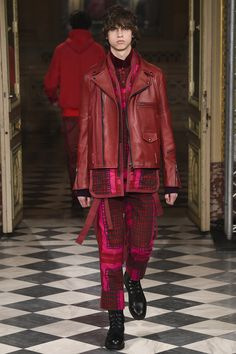 See the complete Sacai Fall 2016 Menswear collection.