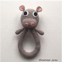mormor_krea Er vild med denne søde flodhesterangle   130kr  levering  Bestillinger kan sendes til mormor_krea@hotmail.com #mormorshæklerier #lavespåbestilling #hækle #hæklet #hækleri #hækletflodhest #hækletrangle #crochet #crocheting #crochetanimal #crochethippo #instacrochet #crochetinspiration #crochetrattle #crochettoy #rangle #luksusbaby #baby #krea #diy #garn #bomuld #flodhesterangle #hækletflodhesterangle #luksusbaby #barselsgave #babyrangle #gravid #barselsliv #barselslivet