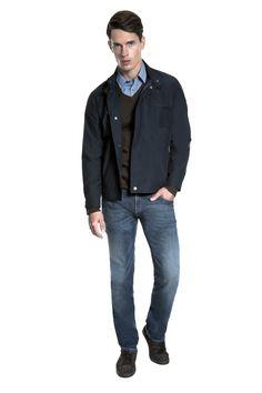 Camisa micro xadrez petróleo, tricô marrom com gola em V, jaqueta marinho com detalhes em couro, calça jeans resinada e tênis de nobuck para manter a casualidade.