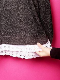 DIY Pullover pimpen. Für alle Romantikerinnen: einfach weiße Spitze unten annähen.