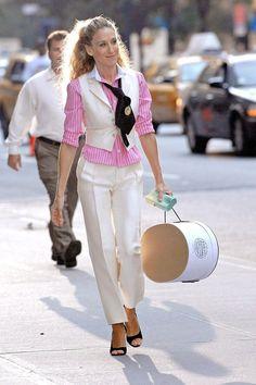 Životní eskapády téhle Newyorčanky nebyly jediným důvodem, proč jsme nevynechaly jediný díl Sexu ve městě. Carrie Bradshaw si nás během šesti sérií a dvou navazujících filmů získala svým jedinečným stylem. Za které módní lekce jí můžeme být všechny vděčné?
