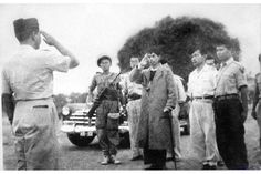 General Sudirman came back from guerrilla war against Dutch forces 1949 Old Pictures, Old Photos, Indonesian Independence, Old Commercials, In Ancient Times, Antara, Historical Pictures, Founding Fathers, Great Photos