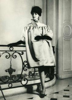 No es extraño oír que Cristóbal Balenciaga es considerado uno de los padres de la alta costura. Su experimentación en silueta y volúmenes lo hicieron digno del título desde su consolidación en París a partir de fines de la década de los '30. Las faldas globo, los abrigos cuadrados y la pr…