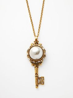 I've always been a classic pearls girl, and I love me some skeleton keys! Gorgeous necklace.