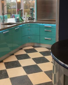 Zuber Limestone in a tumbled finish. A stunning chequerboard limestone floor that really creates an impact!